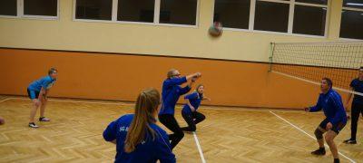 Eifrige Volleyballer bereiten sich auf das Turnier vor